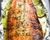 Cá hồi nướng mật ong, rau mùi và chanh trong giấy bạc